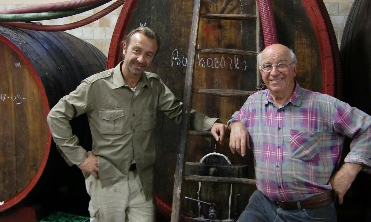 Giuseppe und Lino Maga in ihrem Weinkeller vor einem Fass Barbacarlo. Foto aus 2009 von Katrin Walter