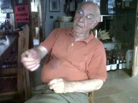 Lino Maga, typisch mit Zigarette in der einen und einem Korken seines Barbacarlo in der anderen Hand (2011). Foto: Katrin Walter