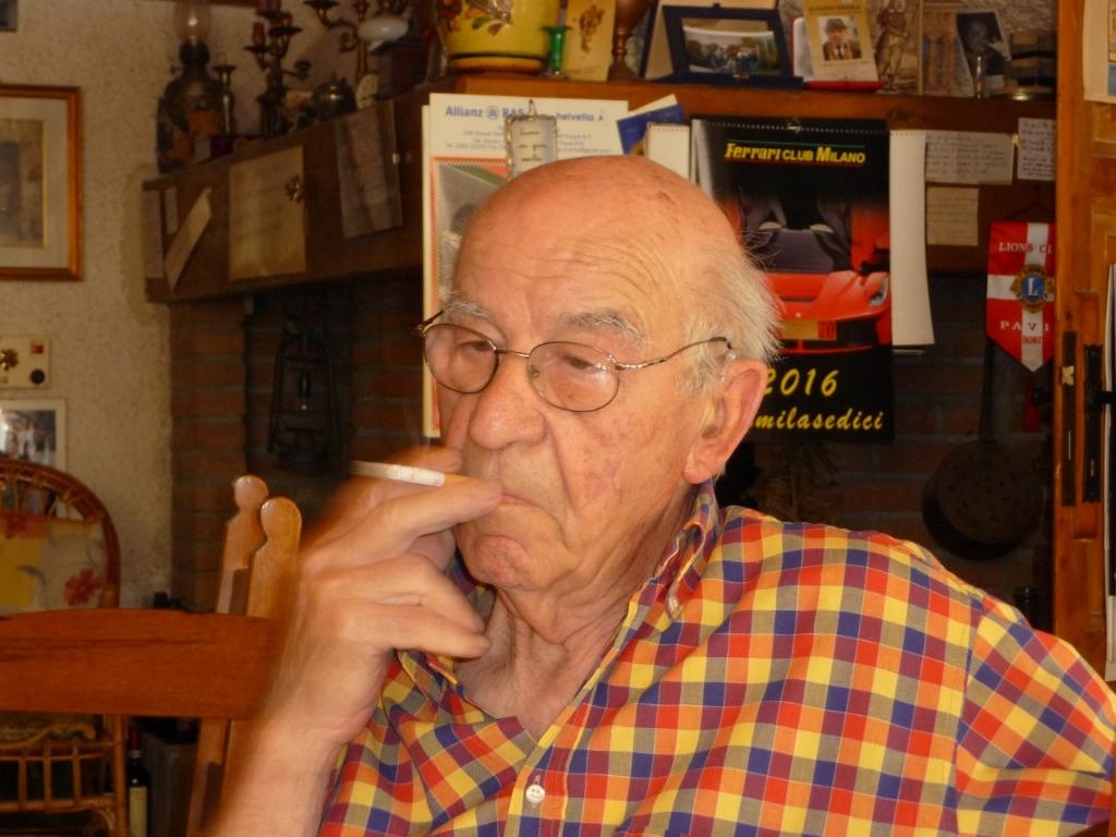 Lino Maga mit seiner geliebten Zigarette. Foto: Gabriella Grassullo und Ezio Gallesi