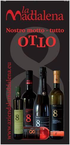 """Der Slogan von La Maddalena: """"Nostro motto - tutto OTTO"""" und die Flaschen alle mit der Zahl Acht auf dem Etikett, was auf italienisch """"otto"""" heisst. Foto: Otto Carlo Frueh"""