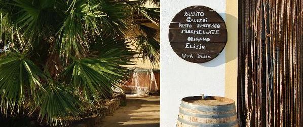 Auf dem Foto sieht man den Eingang zum Weingut Vinisola, auf dem die Königin von Pantelleria, die Zibibbo-Traube verarbeitet wird. (Foto: Vinisola)