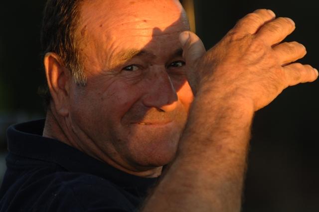 Auf dem Foto sieht man Alfonso Pellegrini verschmitzt lächeln. Teaserfoto für das Interview von Katrin Walter mit ihm. Foto: Exner