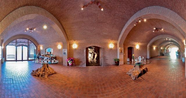 Man sieht den ernormen Verkostungsraum im Weingut Podere Castellaccia von Alfonso Pellegrini - Foto: Gianpellegrini