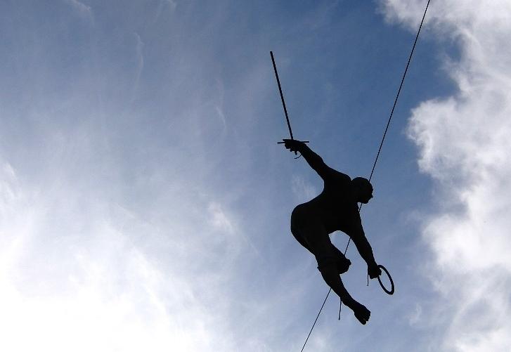 Trovare l'equilibrio nella comunicazione : Si vede una persona in cima bilanciare su una corda (Foto: Katrin Walter)
