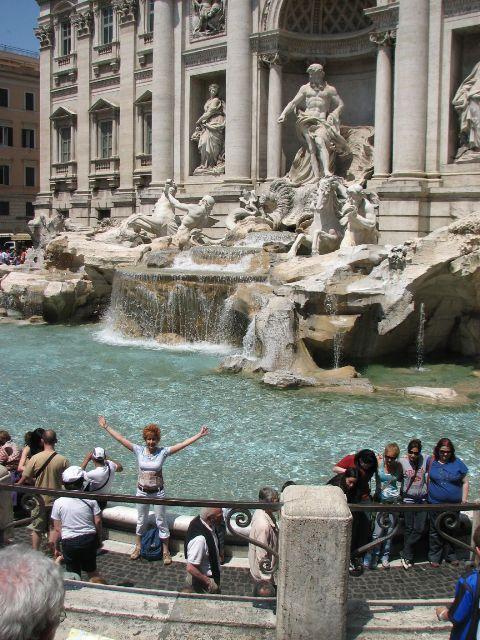 Anja Pauseback am Trevibrunnen in Rom