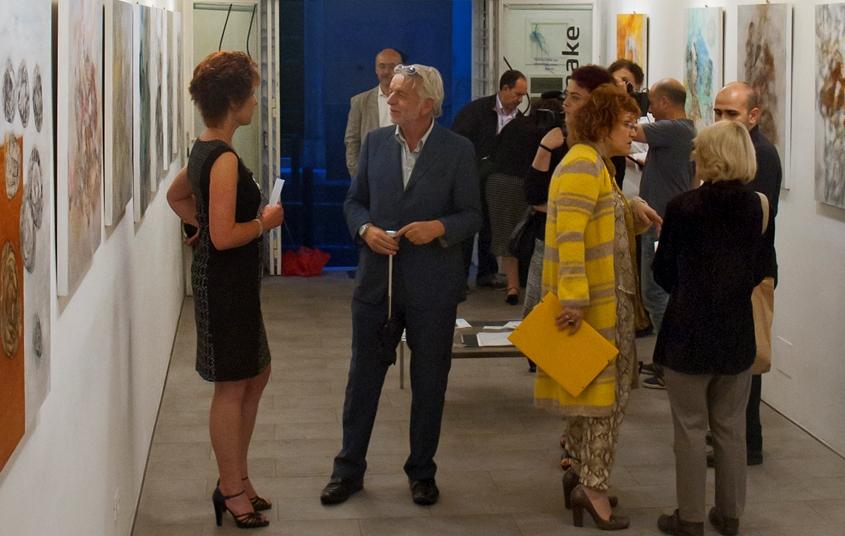 """Anja Pauseback und Besucher auf der Vernissage zur Ausstellung """"Schichtungen in Raum und Zeit"""" in Rom im Mai 2012"""