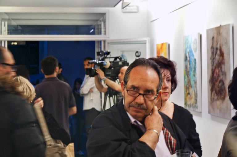 """Besucher und Fernsehteam auf der Vernissage zur Ausstellung """"Schichtungen in Raum und Zeit"""" von Anja Pauseback in Rom im Mai 2012"""