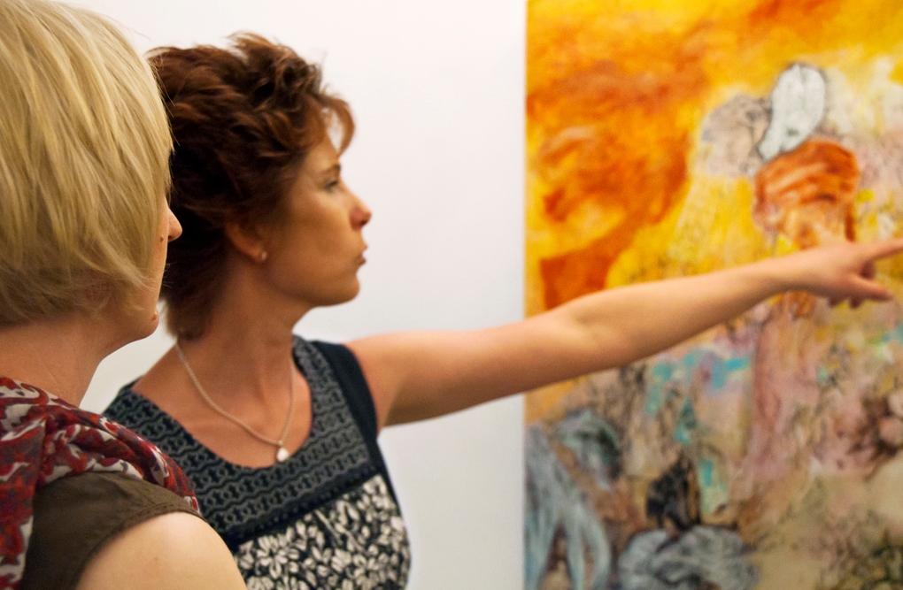 """Anja Pauseback erklärt eines ihrer 14 Bilder auf der Vernissage zur Ausstellung """"Schichtungen in Raum und Zeit"""" in Rom im Mai 2012"""