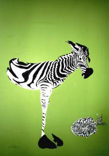 """Das Bild """"Familienzusammenführung"""" von Anja Pauseback zeigt auf grünem Grund (dem originalen Ton des Dokumentenpapiers aus der ehemaligen DDR) ein Zebra, einen Trabant im Zebramuster und einen Grenzposten."""