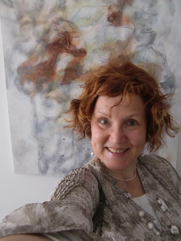 """Noch so ein Zufall und Harmonie pur: Katrin Walter steht vor dem Bild """"Reiz der weiblichen Verlockung"""" von Anja Pauseback und es sieht aus, als ob sie dafuer Modell gestanden haette.."""