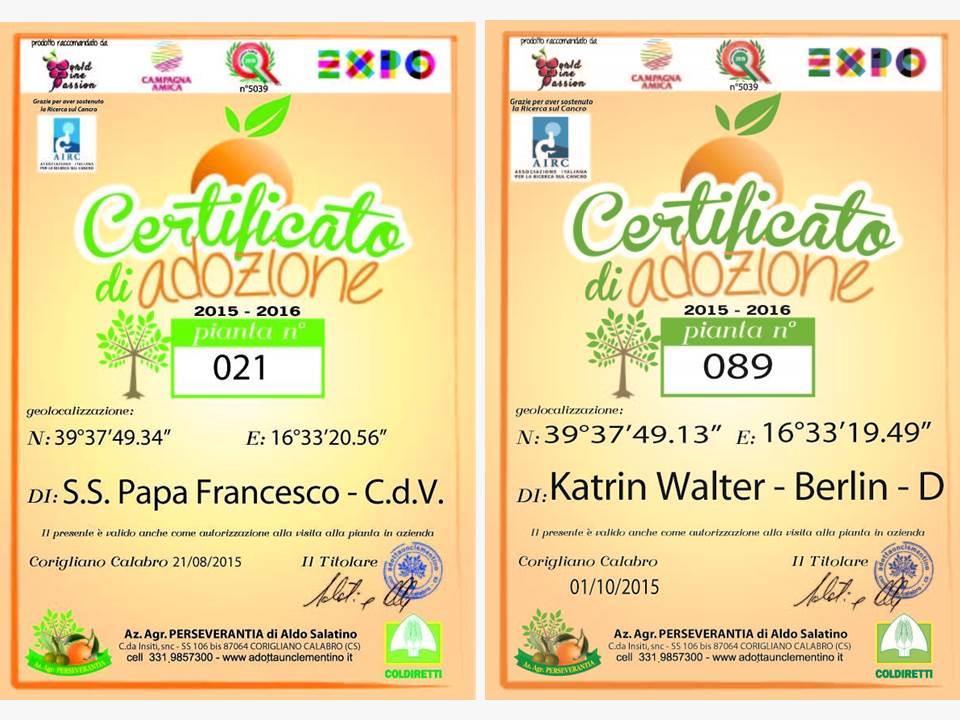 Auf dem foto sieht man die beiden Adoptionsurkunden für die Clementinenbaum Nr. 21 für Sua Santità Papa Francesco und Nr. 89 für Katrin Walter.