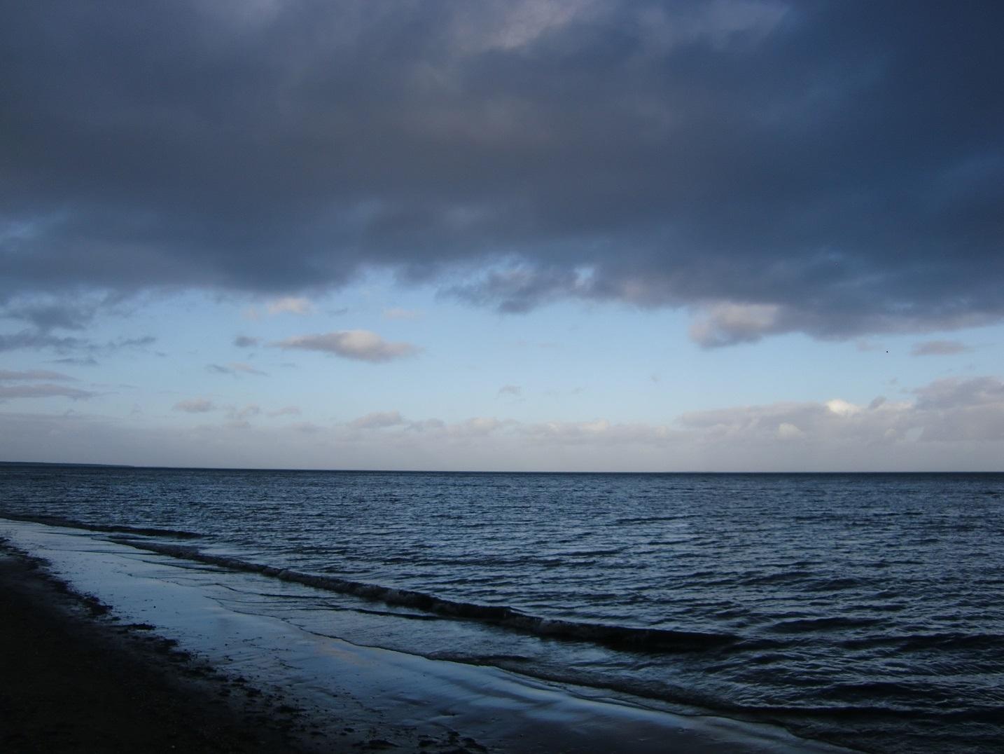 Die Ostsee im Winter: Man blickt auf Meer unter einem woklenverhangenen Himmerl. Alles in in Blau getaucht. Foto: Katrin Walter
