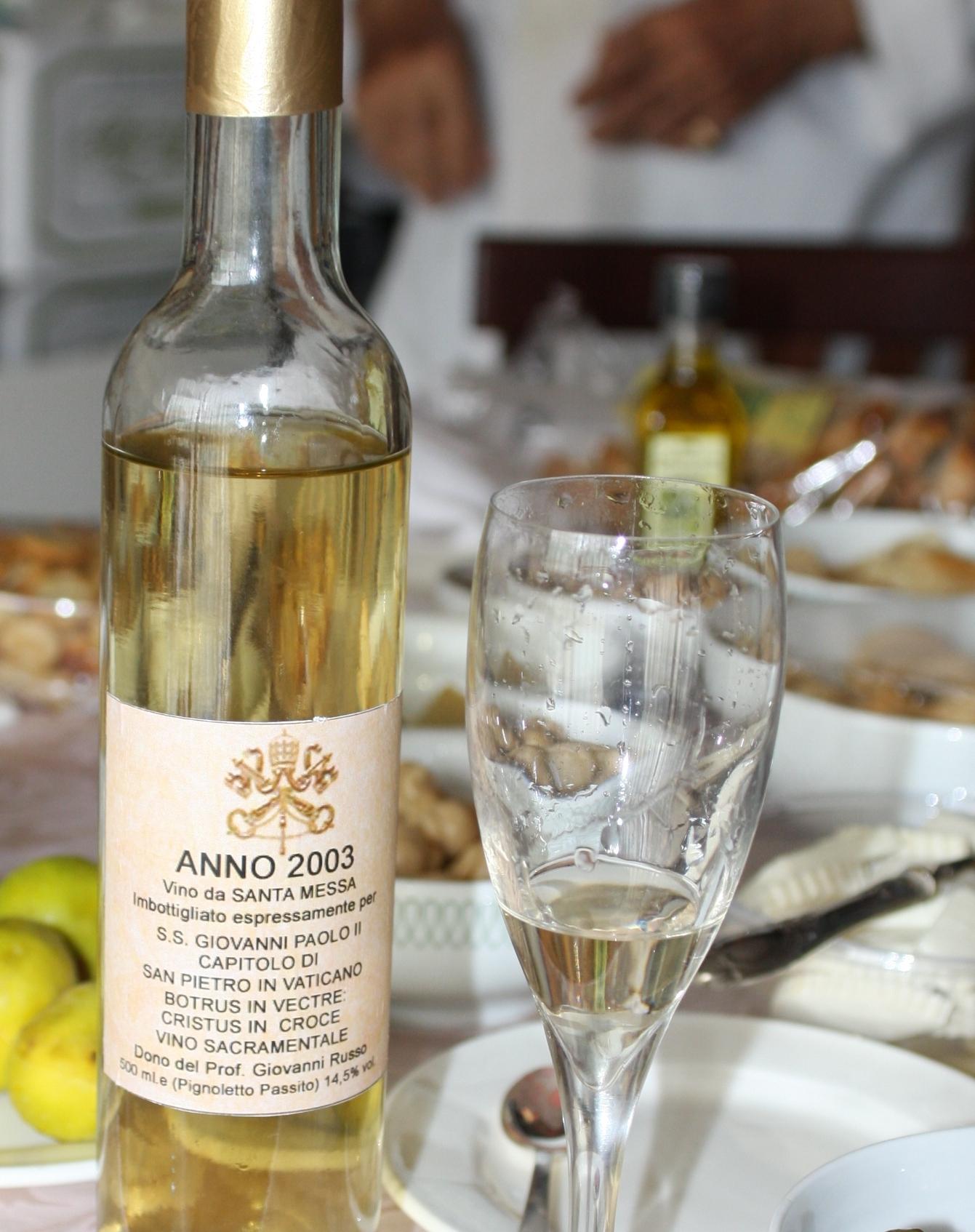Nella foto si vede il vino da messa, Una delle ultime 6 bottiglie di questo vino, che era stato destinato a Sua Santità Giovanni Paolo II.