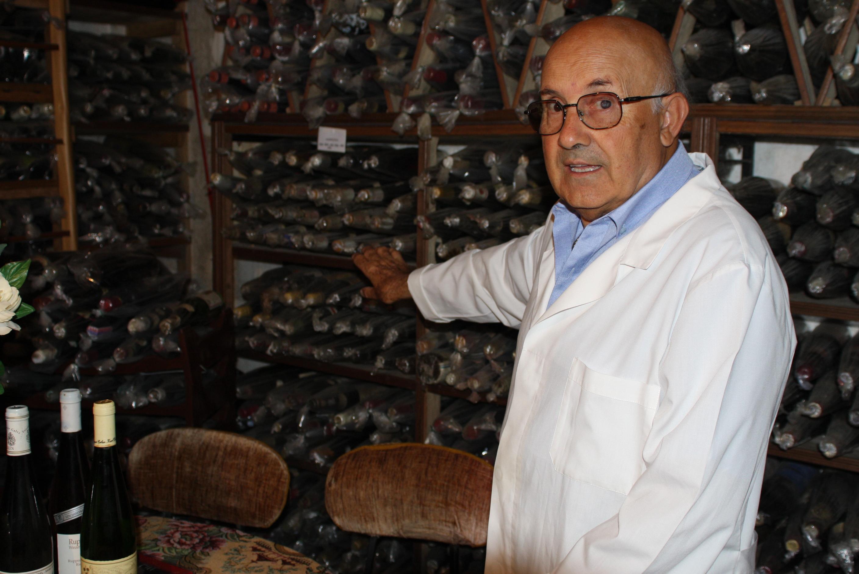 Nella foto si vede l'enologo del vaticano d'allora, Professore Giovanni Russo, nella sua enoteca dei vini d'epoca.