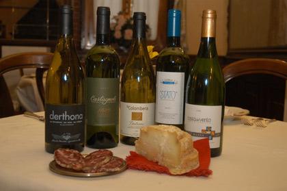 Einige Flaschen Timorasso der Mitglieder des Konsortiums mit Montébore und Salami aus der Gegend (Foto: Consorzio Obertengo)