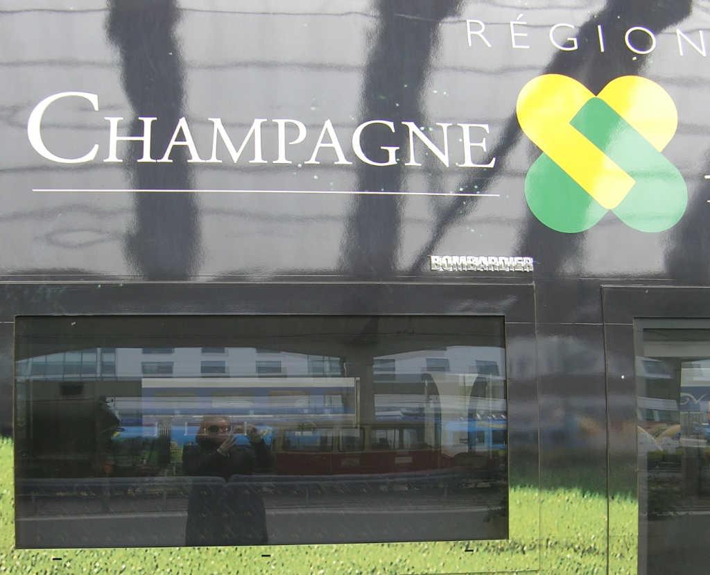 Regionalzug mit Champagne-Werbung. Foto: Katrin Walter