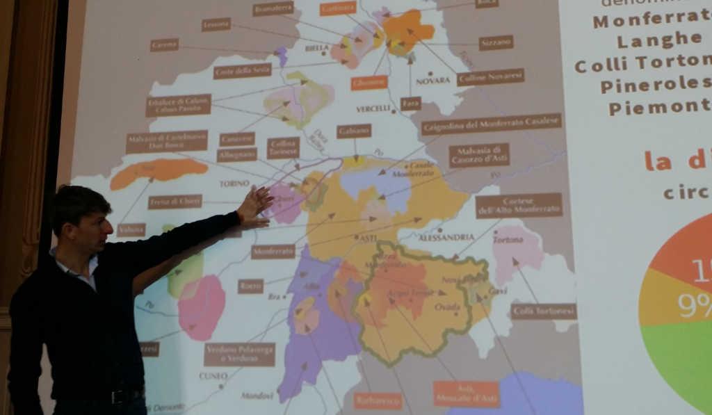 Der Önologe Giampiero Gerbi vermittelt sein Wissen in der Freisa-Masterclass in Chieri einem internationalen Publikum. Foto Katrin Walter - simply walter