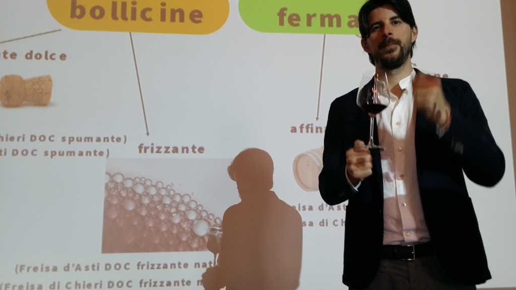 Luca Balbiano beschreibt den Freisa-Wein in Chieri. Foto Katrin Walter - simply walter