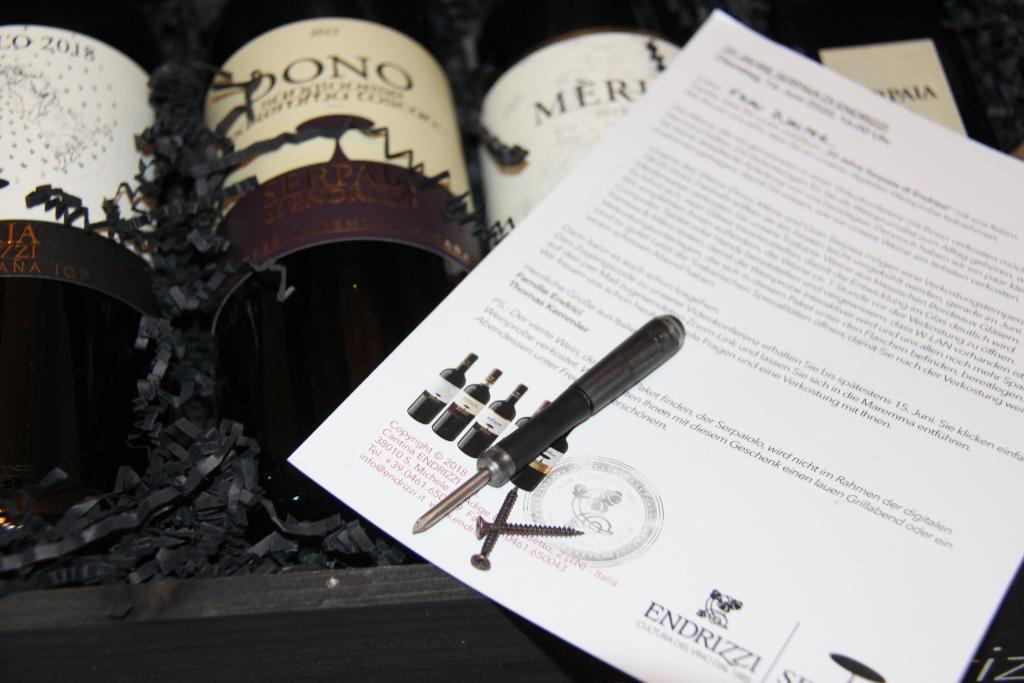 Weinkiste geöffnet mit Einladungsbrief zur Verkostung der 2015er Weine des Weinguts aus der Toscana. Foto: Katrin Walter - simply walter