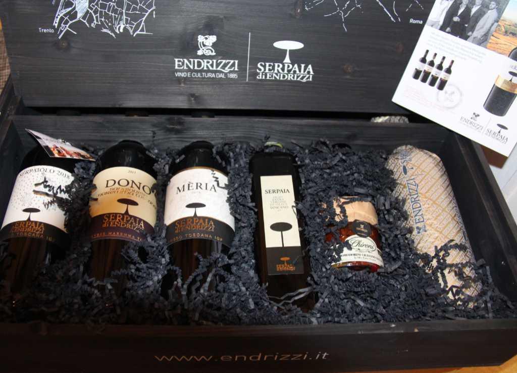 Vier Weine von Serpaia di Endrizzi, Olivenöl aus der Toscana und eingelegte Tomaten. Ein tolles Geschenk für Freunde. Foto: Katrin Walter - simply walter