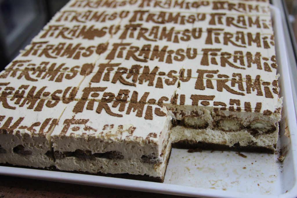 Eine quadratische Auflaufform mit Tiramisu. Illustration zum Artikel zum Ursprung und der Etymologie von Tiramisu von Katrin Walter – simply walter