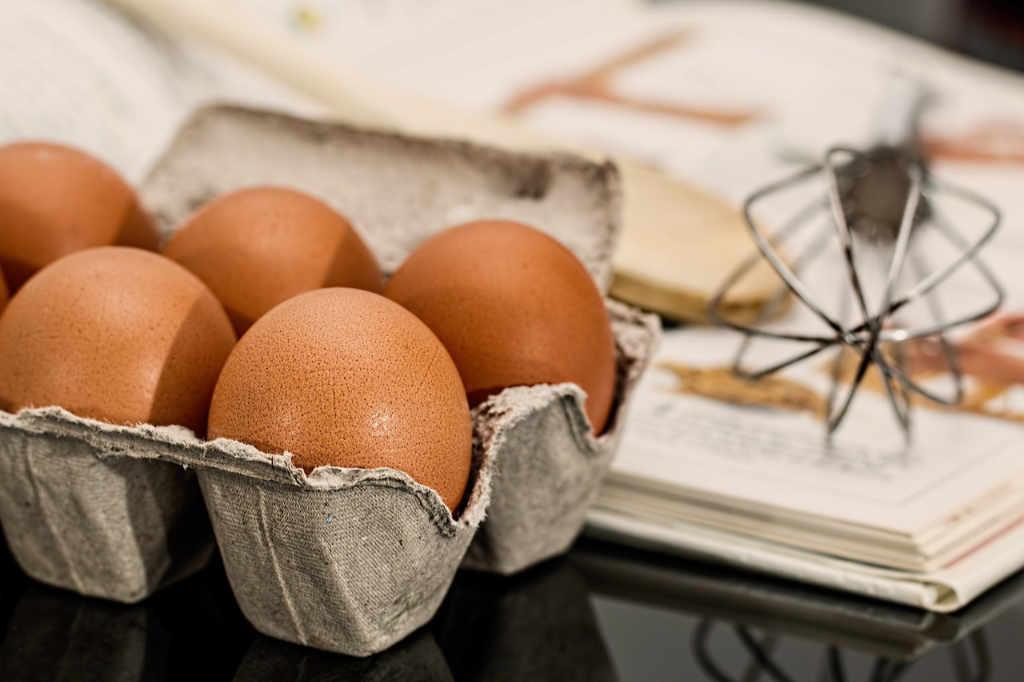 Frische Eier, eine der Hauptzutaten für ein wohlschmeckendes Tiramisu. Illustration zum Artikel zum Ursprung und der Etymologie von Tiramisu von Katrin Walter – simply walter