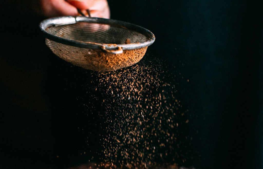 Das ultimative Topping nach der Kühlung ist der Kakao. Illustration zum Artikel zum Ursprung und der Etymologie von Tiramisu von Katrin Walter – simply walter