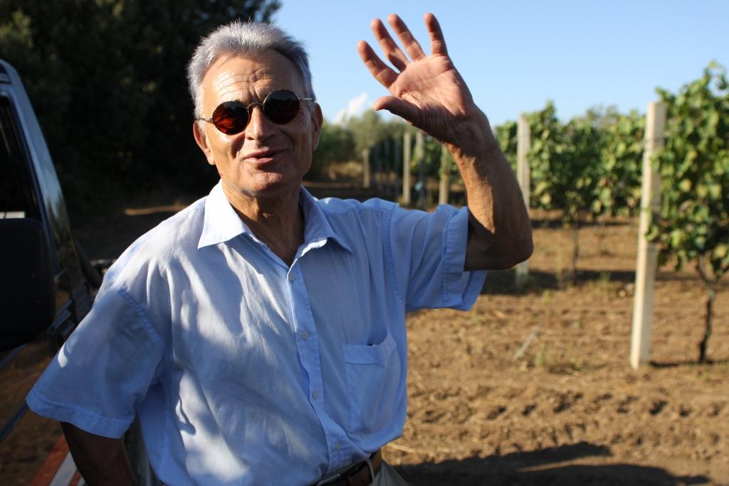 Antonio Castelli, der mit 53 Jahren zum Winzer wurde, in seinem Weingarten mit Cannaiola di Marta