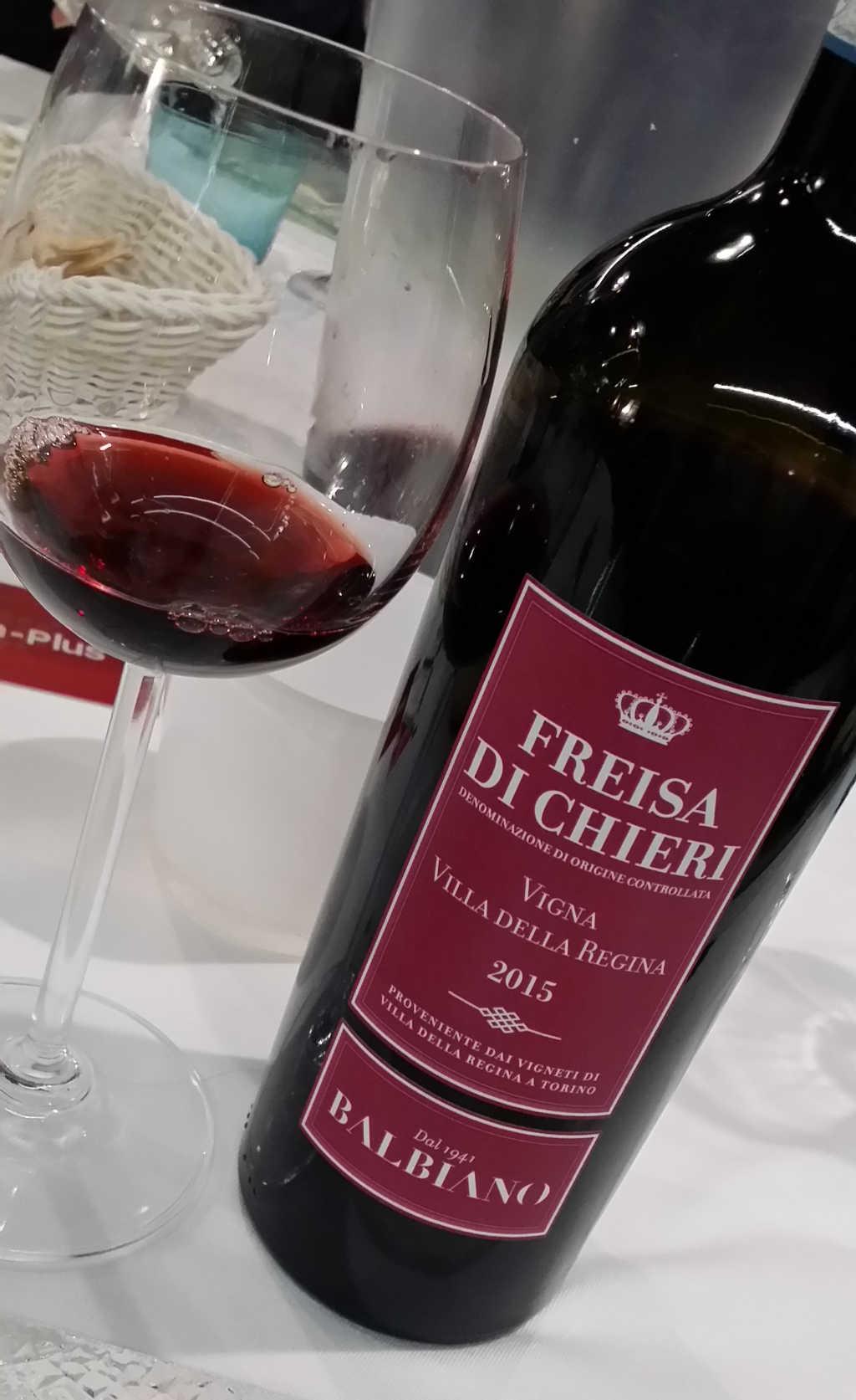Villa della Regina Freisa di Chieri. Die Weinflasche von vorn mit dem Wein im Glas. Foto Katrin Walter - simply walter