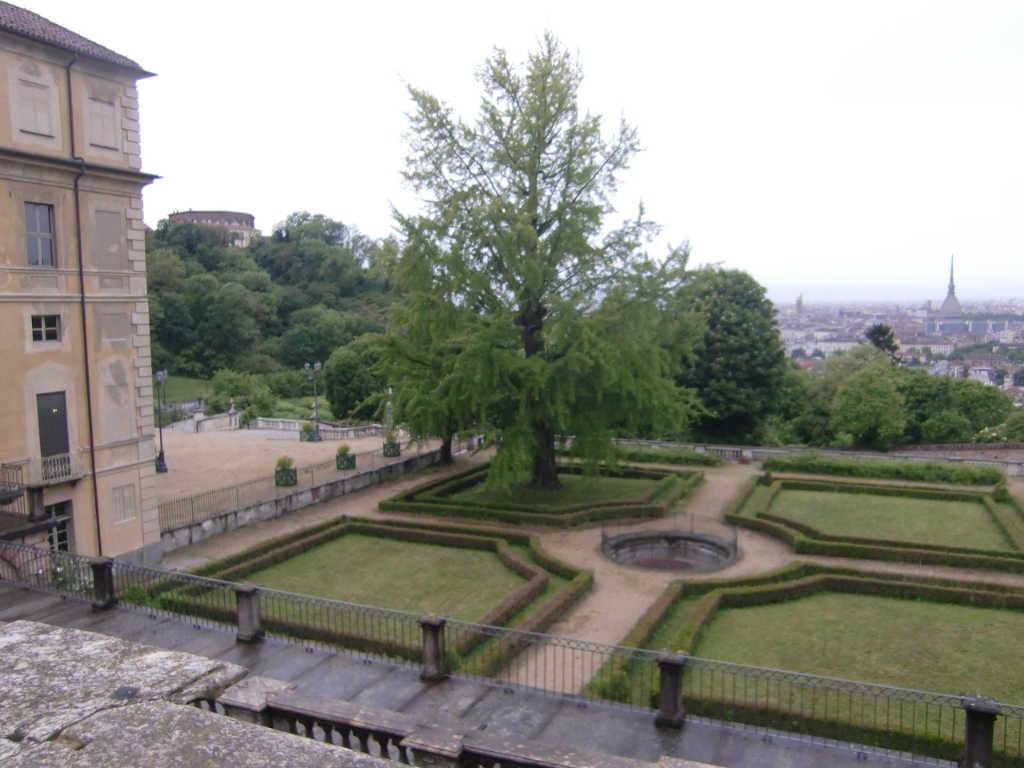 Blick aus dem Park der Villa della Regina auf einen Teil des Gartens mit Turin im Hintergrund. Foto: Katrin Walter - simply walter