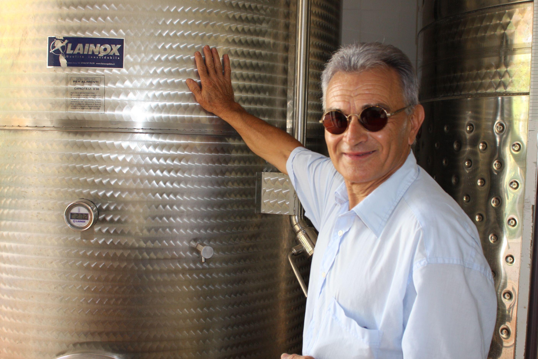 """Antonio Castelli (Tonino) zeigt stolz seinen ersten Gärtank mit Cannaiola di Marta im """"Bonsai""""-Weinkeller, wie er ihn selbst nennt."""