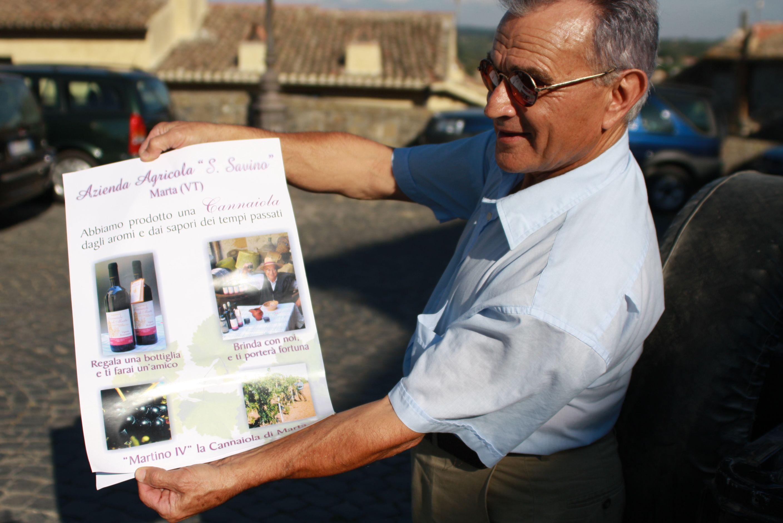 Auf dem Werbeplakat verheißt Cousin Silvano Castelli all jenen Glück und Freundschaft, die mit dem Cannaiola di Marta anstoßen.