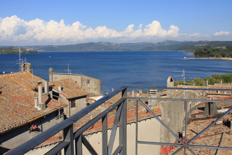 Schauspiel in natürlicher Kulisse, der Blick vom Plateau über dem Bolsena-See, das in Marta zur Theaterbühne wurde.