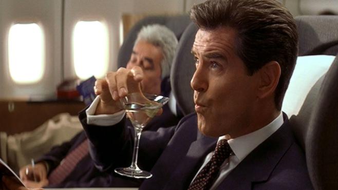 Pierce Brosnan als James Bond, seinen geschüttelten, nicht gerührten Drink trinkend