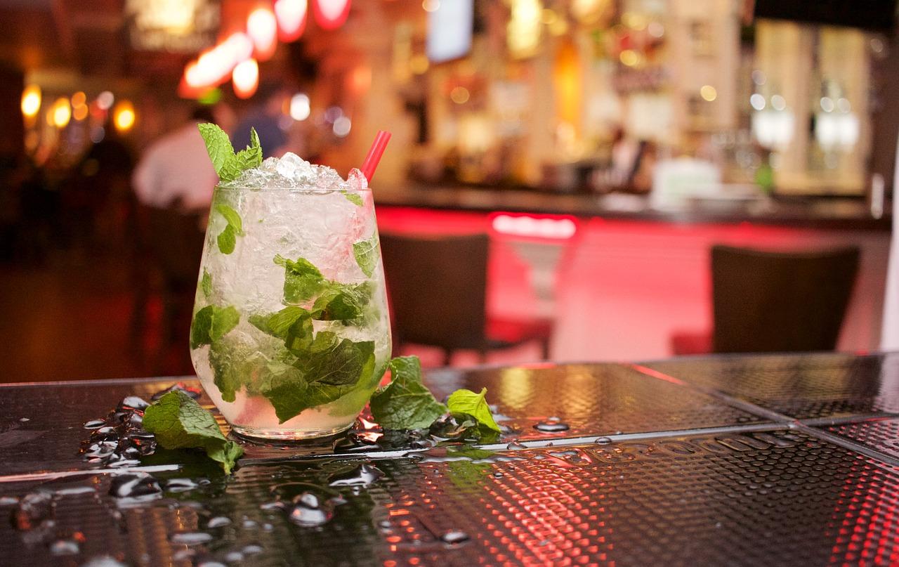 Mojito, gut gemacht und mit frischer Minze ein Genuss und beliebter Drink für alle, die den Geschmack von Rum mögen