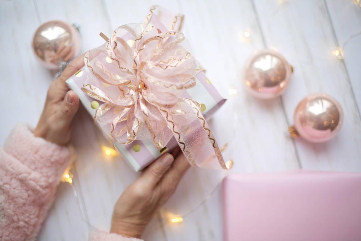Ein festlich in rosa verpacktes kleines Geschenk zum Nikolaustag für den Artikel von Katrin Walter - simply walter