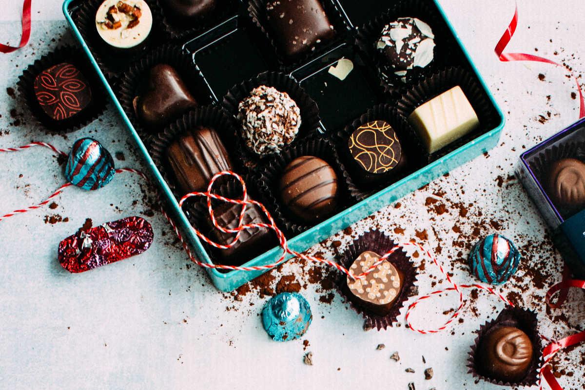 Festlich verpacktes Schokoladen-Konfekt passend zu den winterlichen Festtagen zur illustration des nikolausartikels von Katrin Walter - simply walter