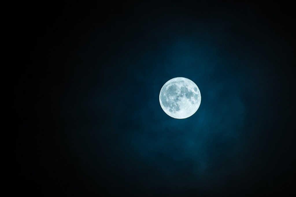 Heller Mondschein in der dunklen Nacht