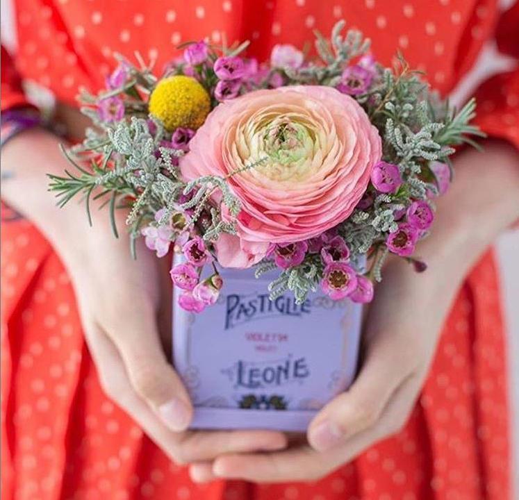 Die kleine Blechdosen der Pastillen können auch als Vase dienen. Hier die Violetta-Dose mit Blumen. Glückwunsch zum 160. Jahrestag. Unternehmensfoto aus Instagram