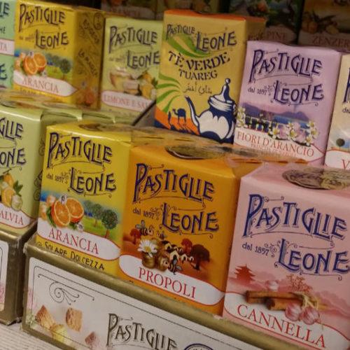 Die pastellfarbenen Umverpackungen der Pastiglie Leone-Schachteln. Foto: Katrin Walter - simply walter