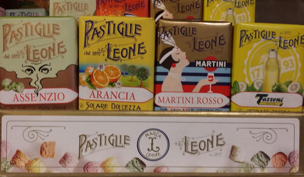 """4 Schachteln Pastiglie Leone darunter auch der Geschmack """"Martini Rosso"""". Foto: Katrin Walter"""