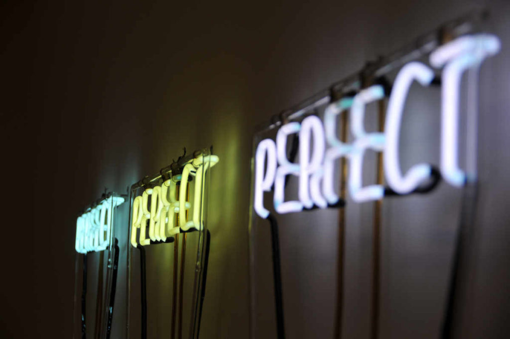 Perfect perfect perfect aus Leuchtröhren als Sinnbild dafür, dass Katrin perfekt ins Team passt. Foto: Unsplash