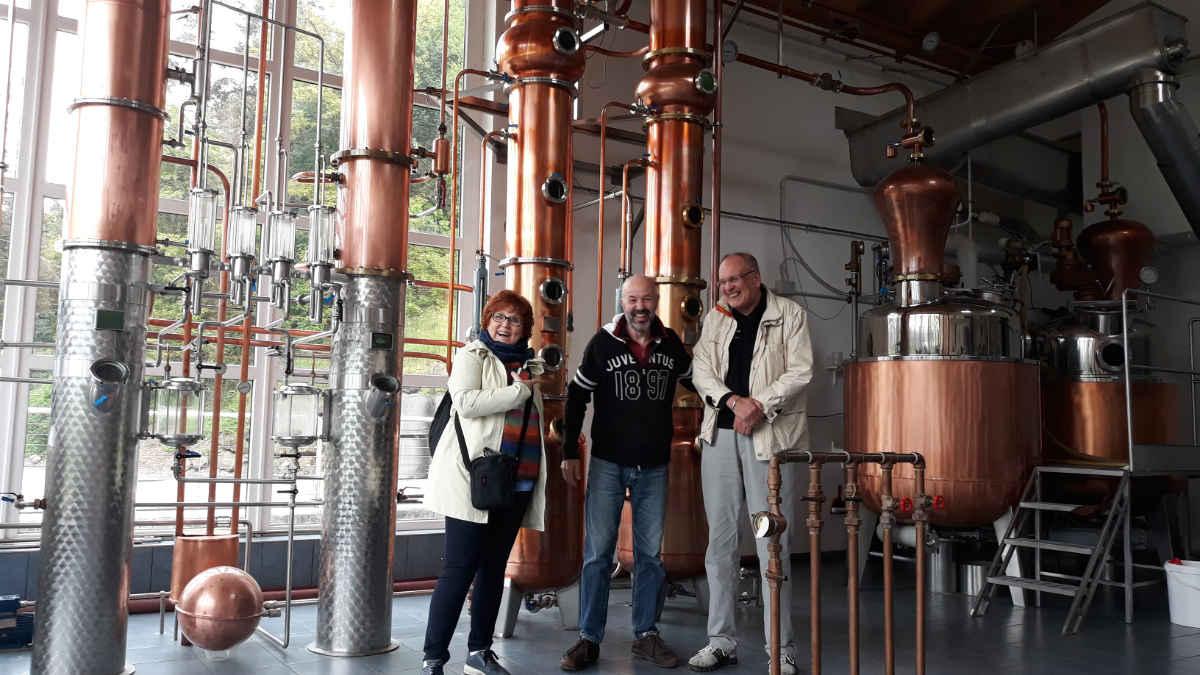 Destillerie Pilzer im Cembratal. Katrin Walter mit Ivano Pilzer und Dieter Kapitz.