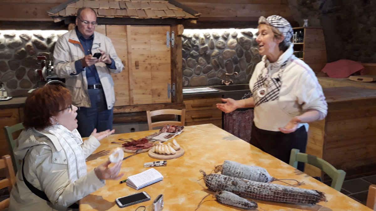 Sara Zanotelli erklärt die Wurstwaren ihres Betriebes mit der 0-Kilometer-Philosophie im Cembratal.