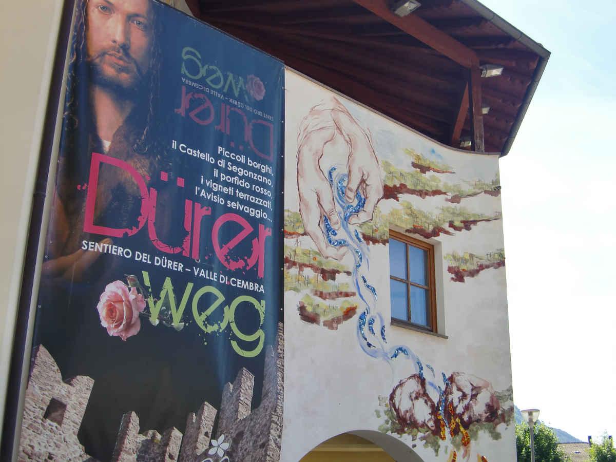 Dürer-Weg Plakat an der Außenwand der Cantina di Cembra, Cembratal. Foto: Katrin Walter - simply walter