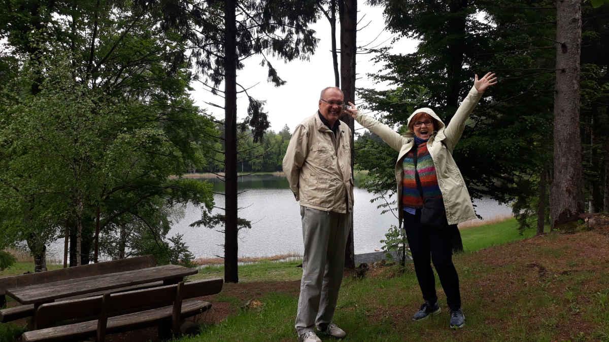 Dieter Kapitz und Katrin Walter am Heiligen See (Lago Santo) im Cembratal. Foto: Mara Lona für simply walter