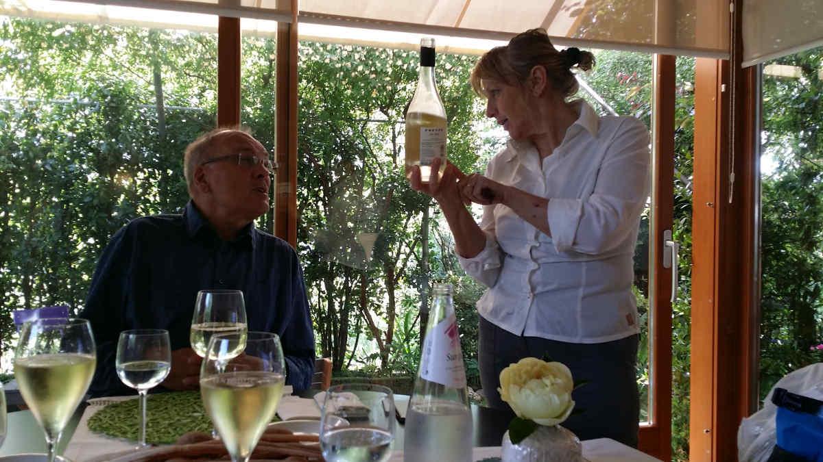 """Das Lokal """"Locanda del Passatore"""" mit Maria Nardin, die einen Wein des Territoriums präsentiert. Foto: Katrin Walter - simply walter"""