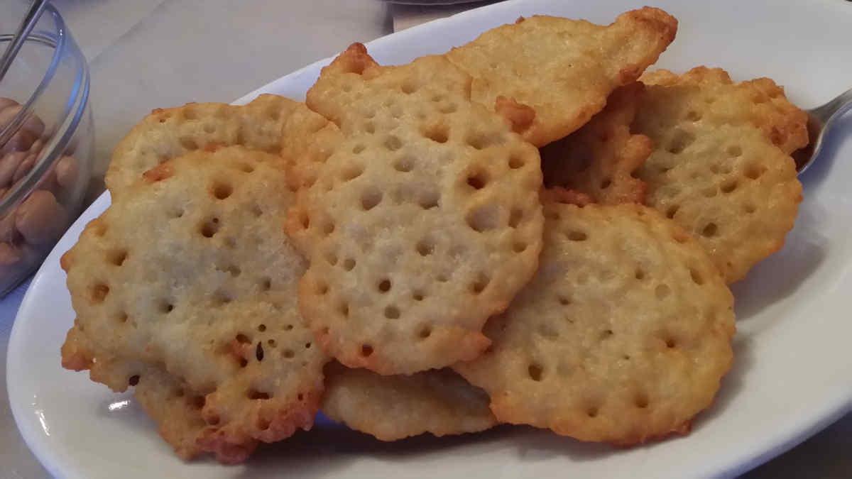 """Man sieht die bekannten """"Tortel di patate"""" der Wirtsstube Agritur Simoni, Cembratal. Foto: Katrin Walter - simply walter"""