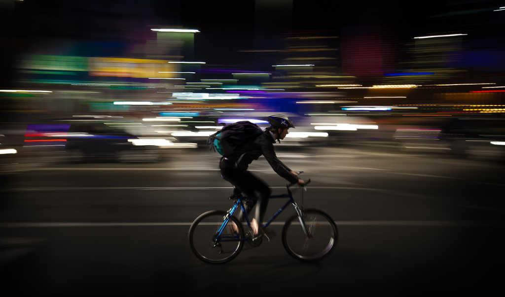 Fahradfahrer, vielleicht ein Kurier, der schnell durch die Stadt fährt. Illustration für den Helden-Artikel von Katrin Walter auf simplywalter.biz (Foto: Pixabay)