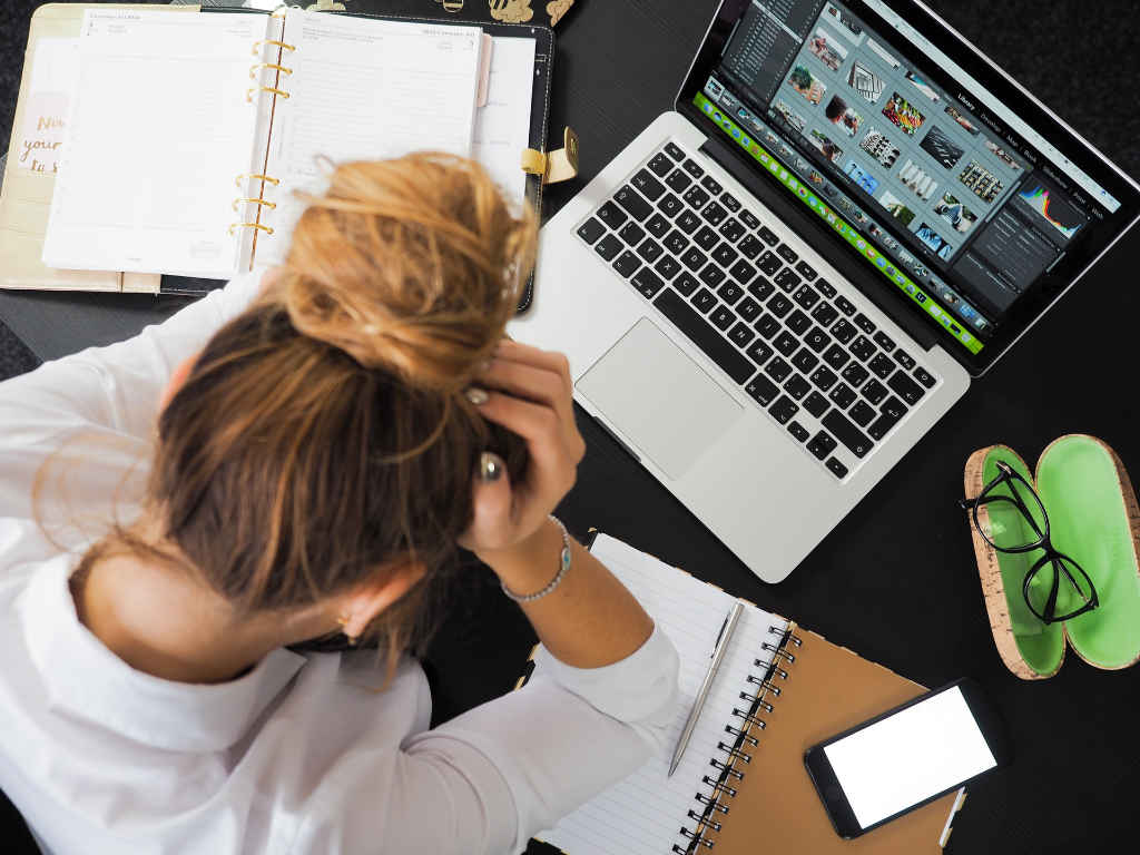 Kreative am Schreibtisch vor dem PC. Illustration für den Artikel von Katrin Walter über die Gig Economy auf simplywalter.biz (Foto: Pexels)